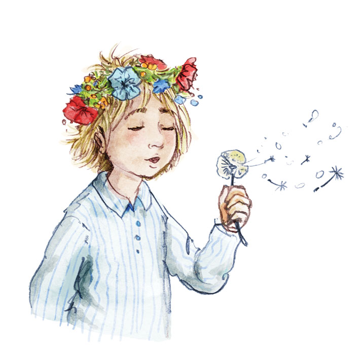 Ein kleines Kind mit kurzen blonden Haaren und einem bunten Blumenkranz auf dem Kopf pustet ein Pusteblume. A little child with flowers in her blond hair is blowing a dandelion.